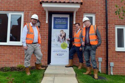 Menteri Perumahan, Komunitas, dan Pemerintah Daerah Robert Jenrick bersama dengan Politisi Bolosver Mark Fletcher dan Pemilin Bolsover District Council Steve Fritchley dalam peluncuran Pogram First Homes (Foto: Derbyshire Times)