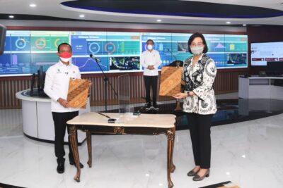 Presiden Joko Widodo bersama Menteri Investasi/Kepala BKPM Bahlil Lahadalia dan Menteri Keuangan Sri Mulyani Indrawati meresmikan peluncuran Online Single Submission (OSS) berbasis risiko dalam perizinan berusaha, pada Senin, 9 Agustus 2021 (Foto: Lukas)